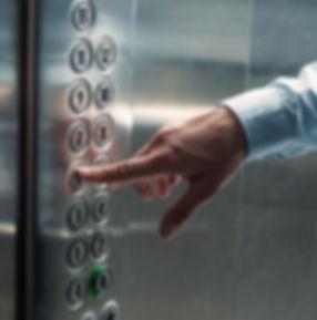Pressionando o botão do elevador