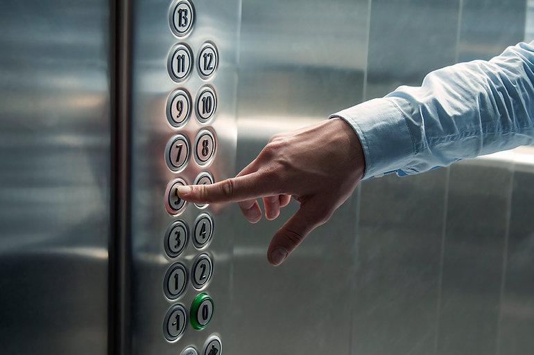 Premendo il pulsante dell'ascensore