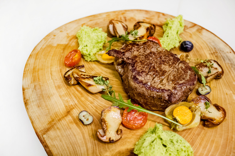 Хороший стейк с белыми грибами спанч кейком (3)