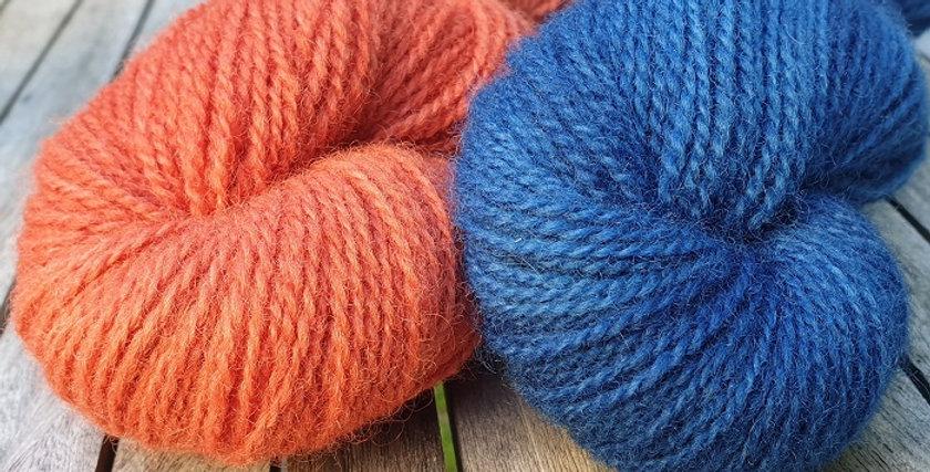 Vottepakke-Vinterblomstvottene-rødorangeogblå