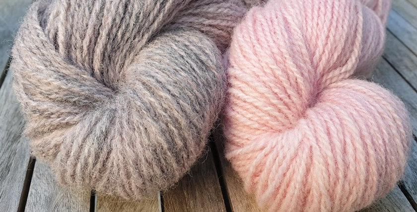 Vottepakke-Vinterblomstvottene-lyserosaoggrårosa
