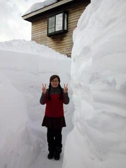 玄関前の雪の壁