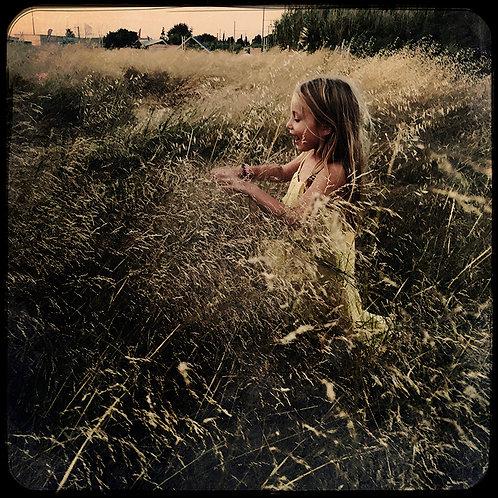 La petite fille au champs