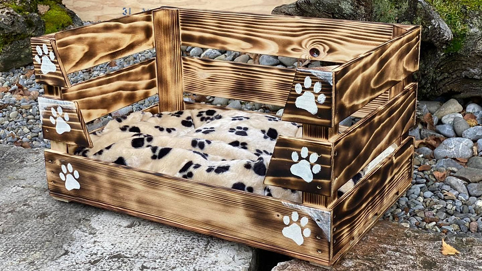 Holzbett mit Kuschelkissen