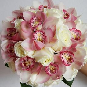 Rosas Brancas com Cymbidium. Entre em contato para orçamentos