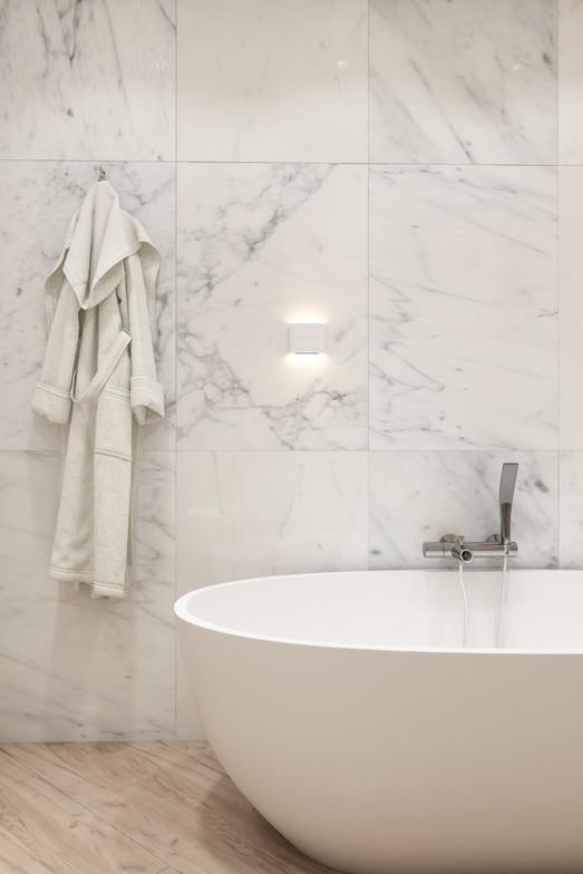 отдельно стоящая ванна в интерьере