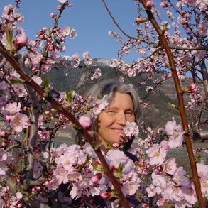Agnes in den Mandelblüten
