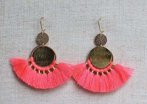 Boucles d'oreilles pompons rose fluo