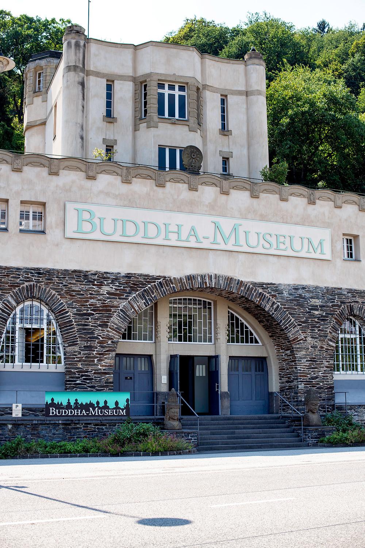 Buddha Museum Traben Trarbach von der Mosel aus gesehen