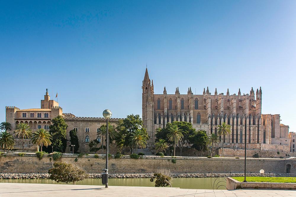 Der Königspalast La Almudaina und die Kathedrale von Palma