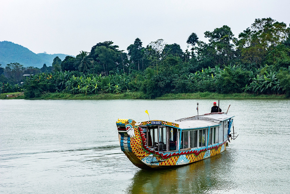 Ein Drachenboot auf dem Parfümfluss in Hue