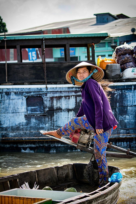 Eine Händlerin mit ihrem Laden auf dem schwimmenden Markt von Cho Nôi Cái Rang