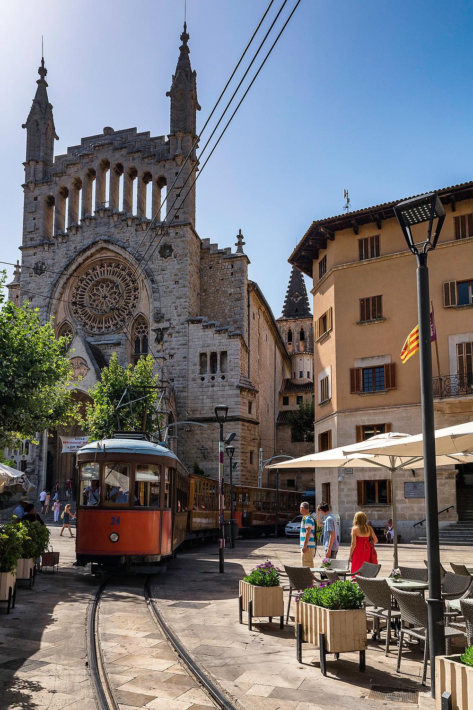Der Orangenexpress vor der Pfarrkirche Sant Bartomeu Sóller