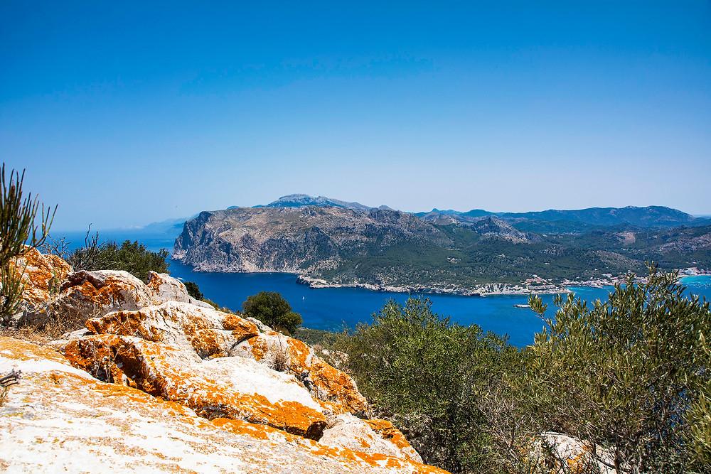Der Blick von Sa Dragonera auf den Küstenort Sant Elm