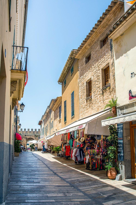 Geschäfte in den Gassen von Alcudia