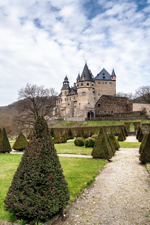 Schloss Bürresheim mit dem barocken Schlossgarten