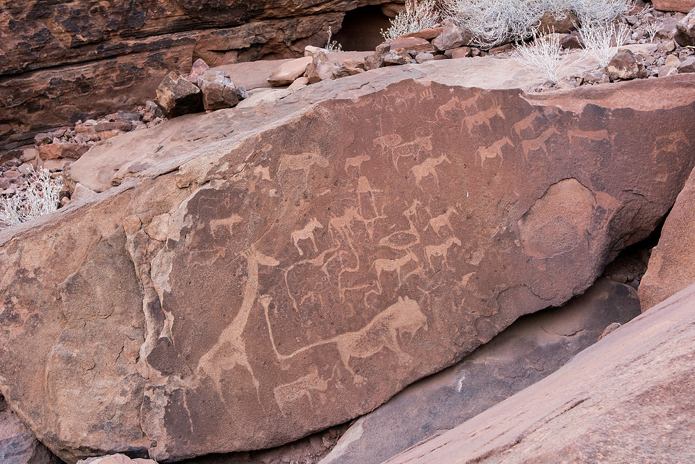 Namibias bekannteste Felsgravuren sind in Twyfelfontain. Besonders bekannt ist der Löwe in der Mitte