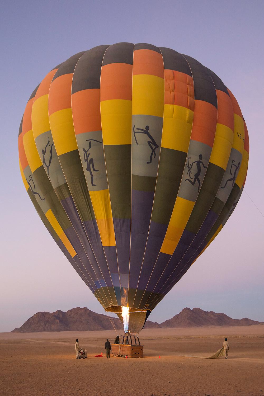 Heißluftballon im Sossusvlei in Namibia