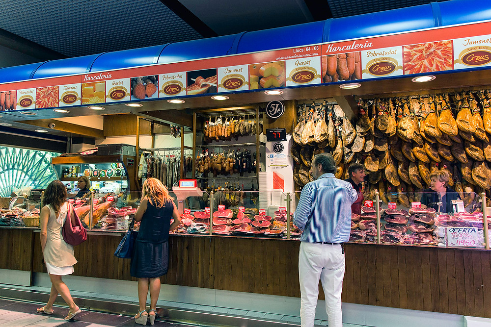 Serrano Schinken in der Markthalle Mercat De L´Olivar