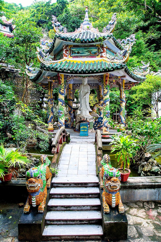 Einer der Tempel auf dem Wasserberg Thuy Son