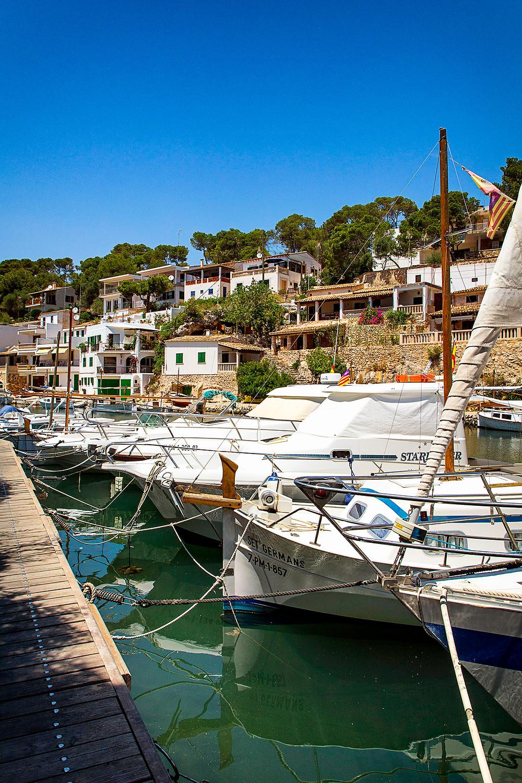 Boote im Hafen von Cala Figuera