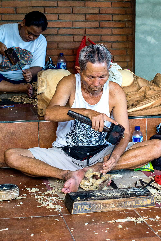 Eine Holzschnitzerwerkstatt in der Nähe von Ubud