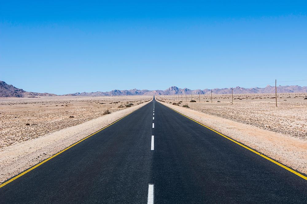 Soweit das Auge reicht - Eine von vielen Straßen dieser Art in Namibia