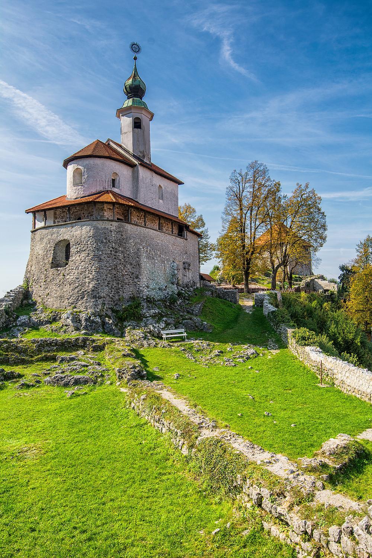 Die Burgruine Mali Grad mit der kleinen romanischen Kapelle in Kamnik
