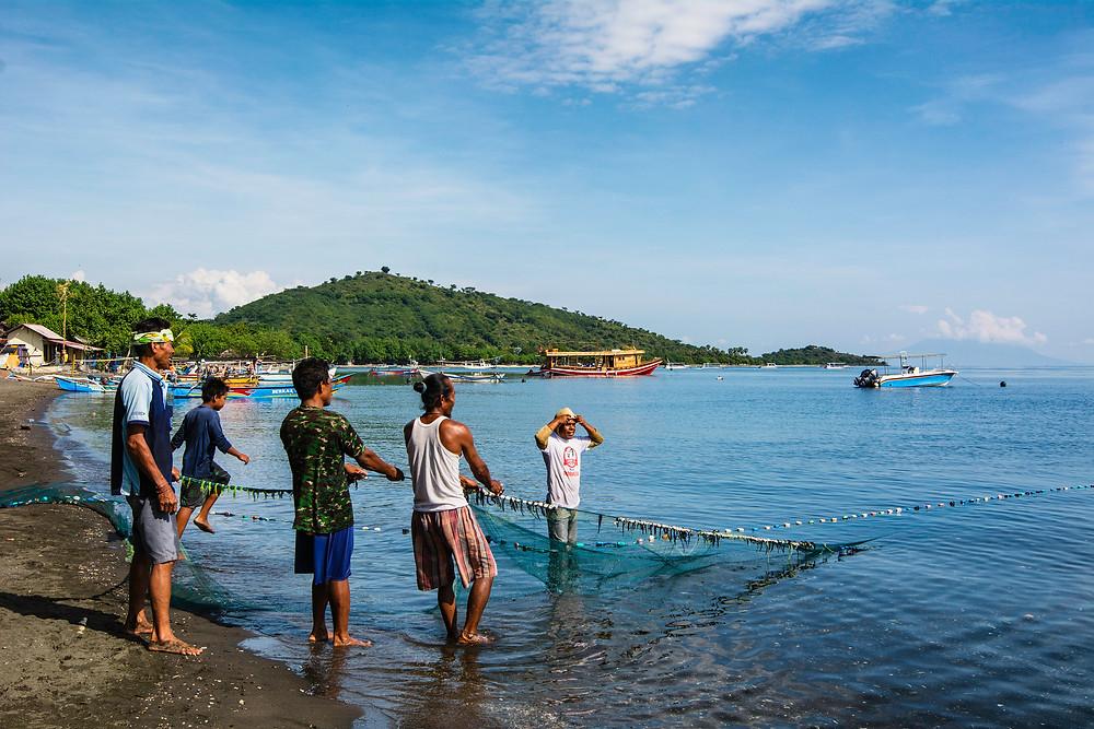 Fischer auf Bali holen ihr Netz ein
