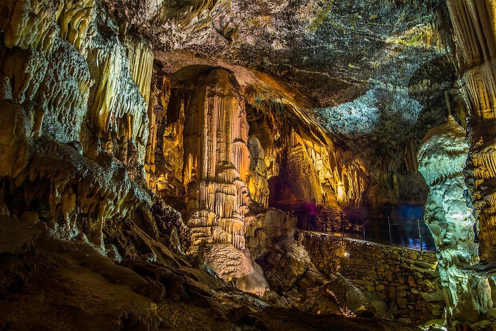Die Postojna Höhle begeistert mit riesigen Hallen und wundervollen Tropfsteinformationen