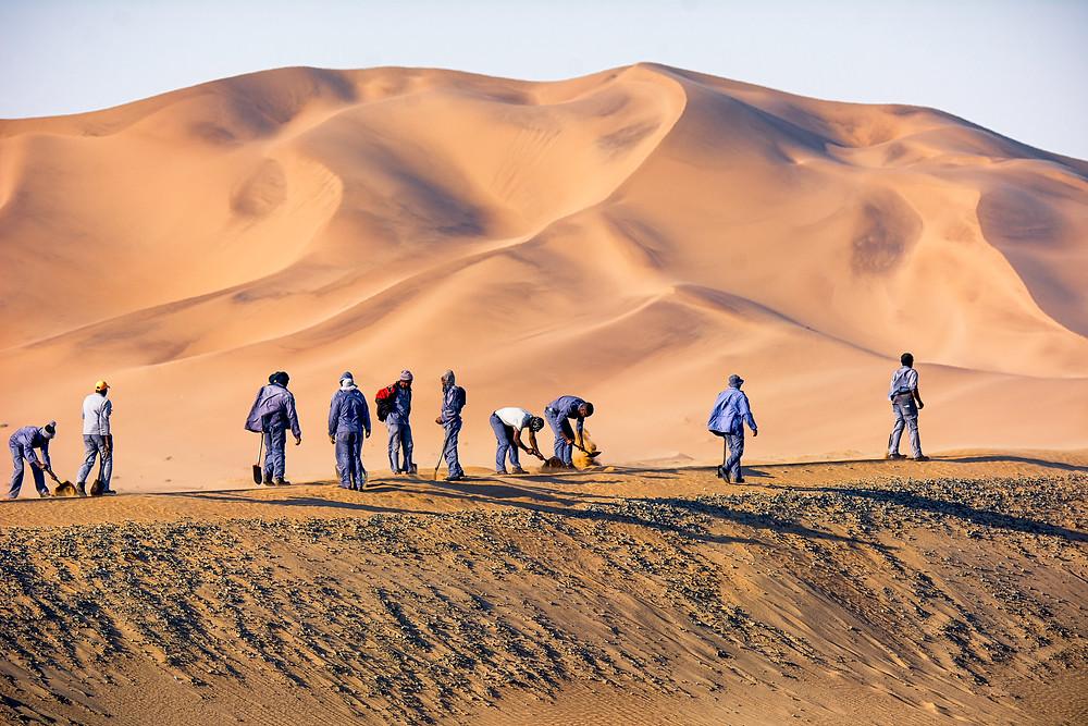 In Namibia werden die Gleise zwischen Walvis Bay und Swakopmund noch von Hand vom Sand befreit