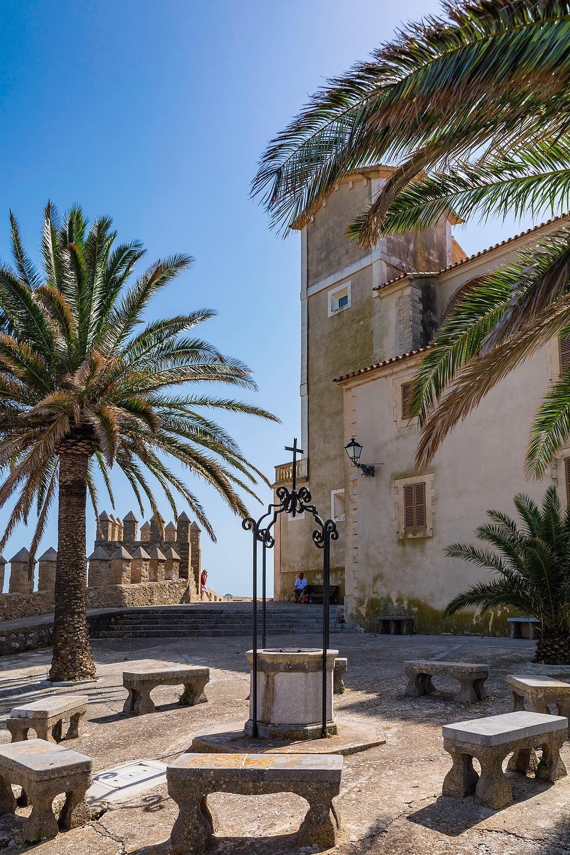 Kirche und Festungsmauer hoch oben auf dem Puig de Sant Salvador, Mallorca