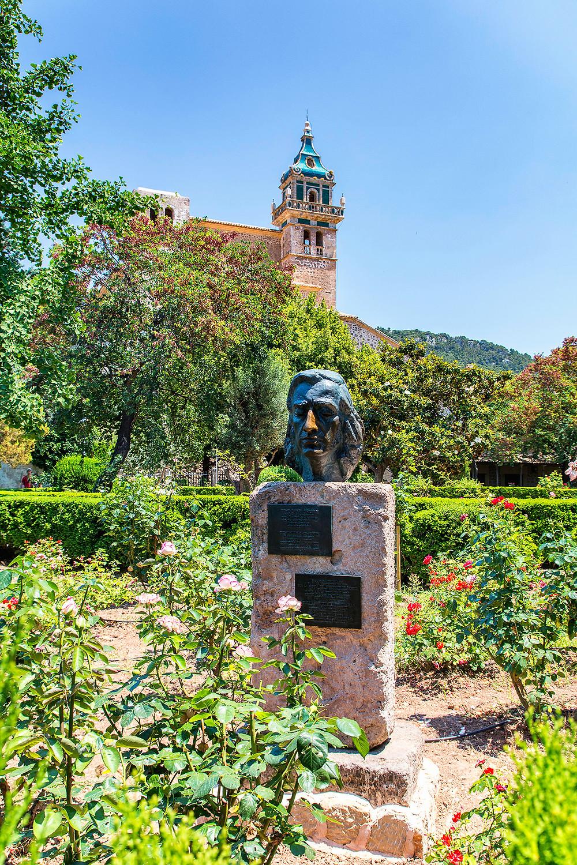 Die Büste von Frédéric Chopin steht im schönen Garten der Kartause von Valdemossa