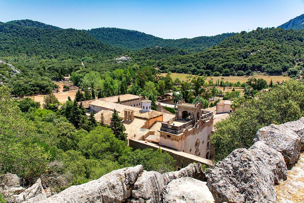 Der Blick von Oben auf das Kloster Lluc