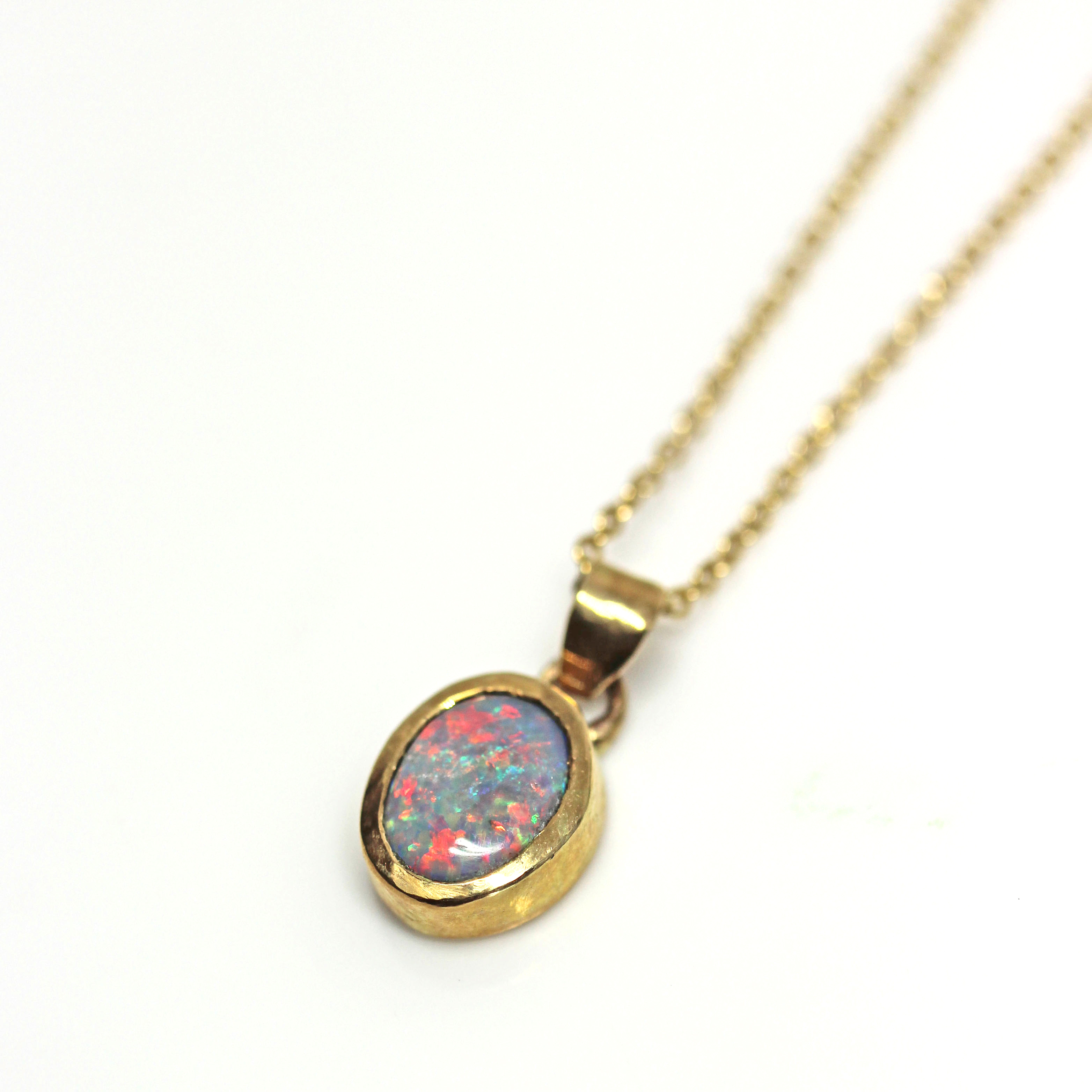 Opal necklace in 18ct yellow gold