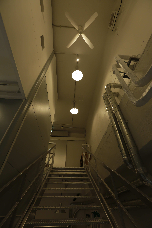 中地下から1F玄関入口