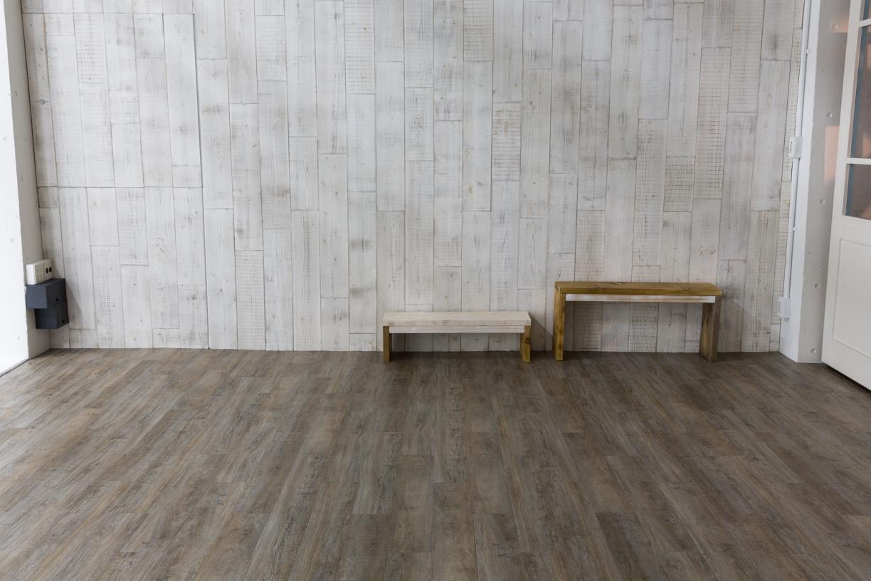 白木壁とベンチ