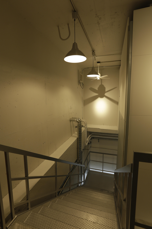 中地下の階段