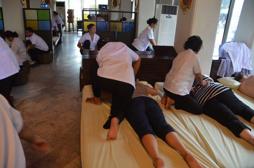 Le Wat Pho est aussi le lieu de naissance du massage thaï traditionnel. Depuis 1962, il héberge une école de massage et de médecine traditionnelle réputée.