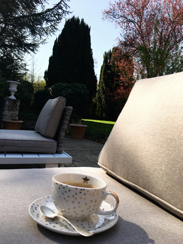 Café dans jardin d'été