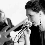 Monica cantante