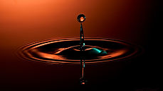 Efeito da queda de uma gota de água sobre uma quntidade de água | Metal Cruzado