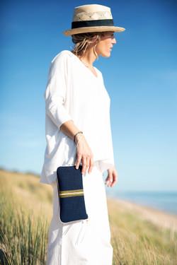 pochette main Zen' - bleue surpiquée jaune