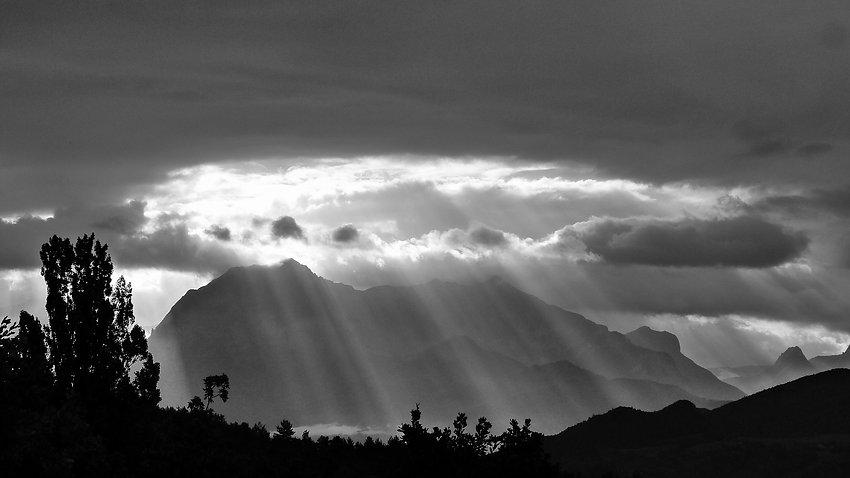 suns-rays-478249_1920.jpg