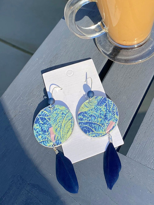 Leaf pattern earrings with feather