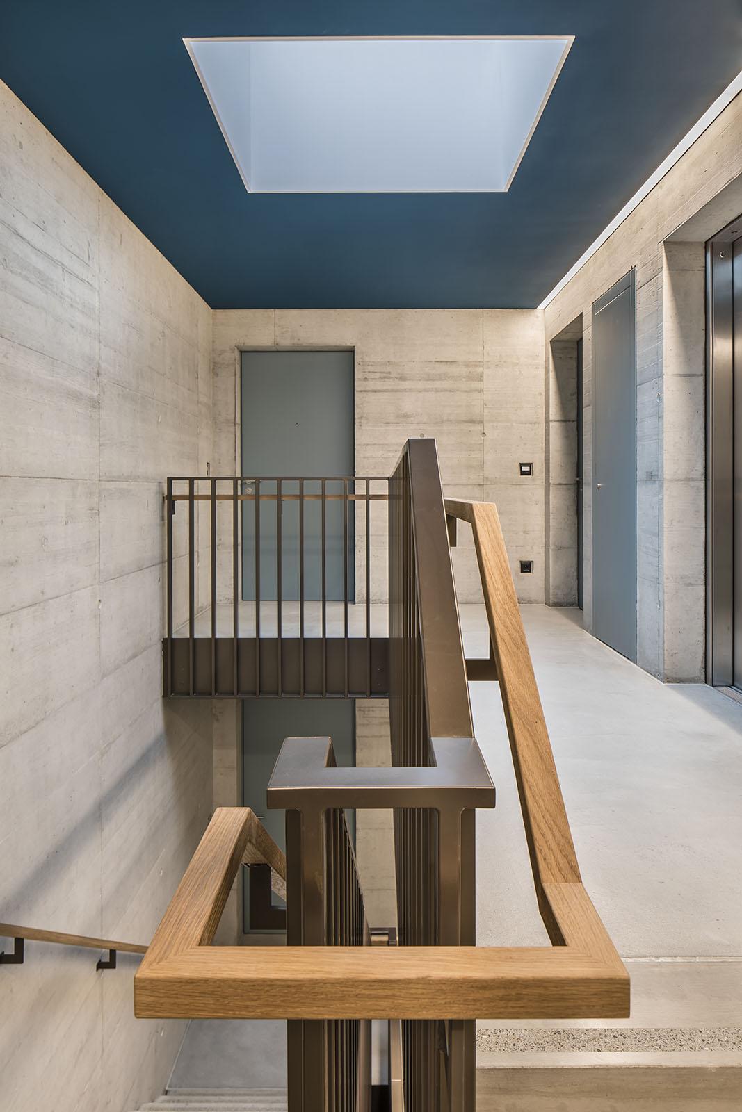 Treppenhausgeländer mit Holzhandlauf