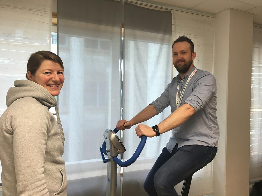 Bedriftsfysioterapeut Heidi Hiller Hoftun instruerer Ivar Bjørgen Larson i sykkeltesten som gir en status på utholdenheten hans