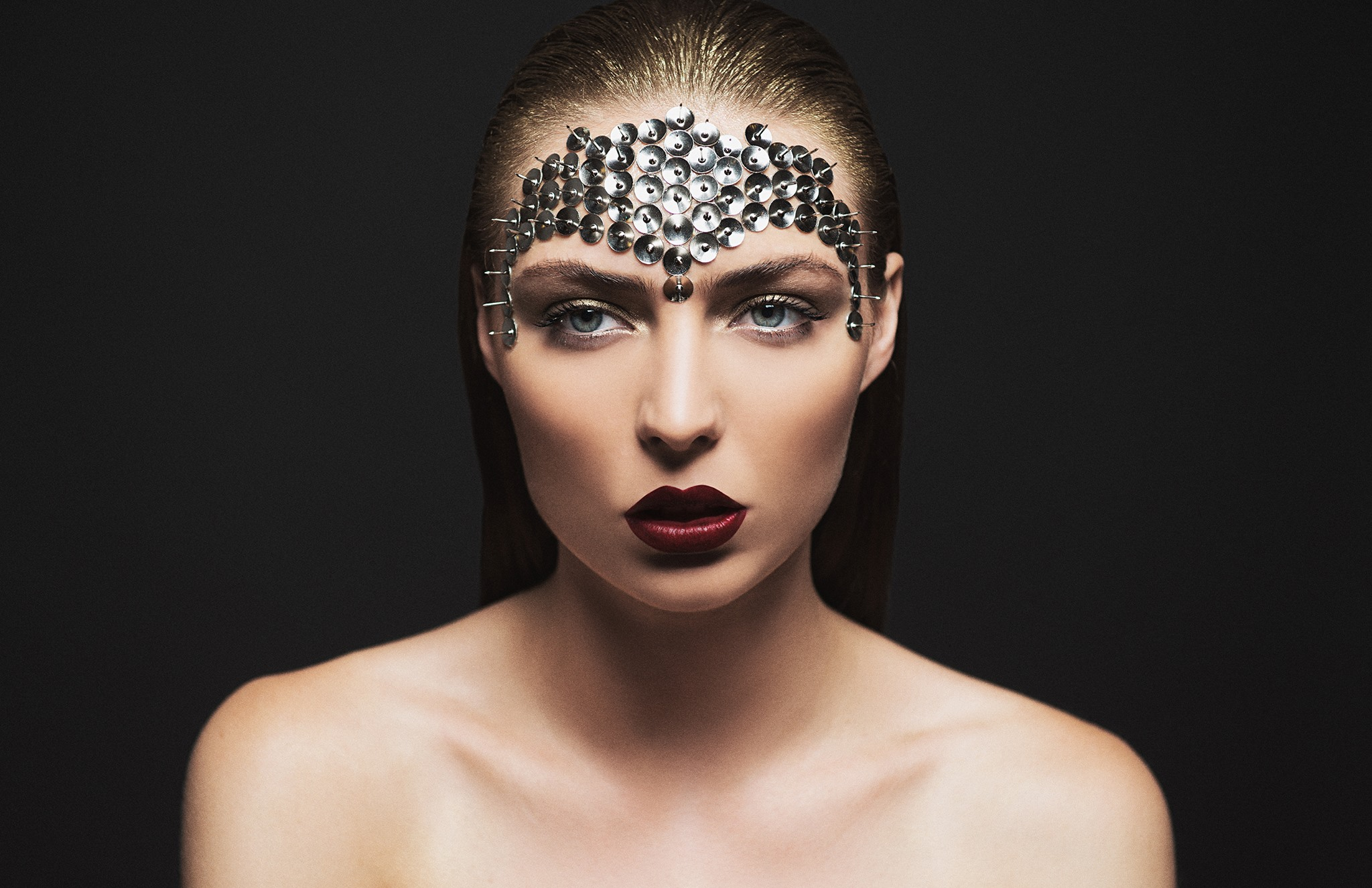 Editorial_Beauty_Makeup_artist_AMAL_Afoussi_burgundy_metal.jpg