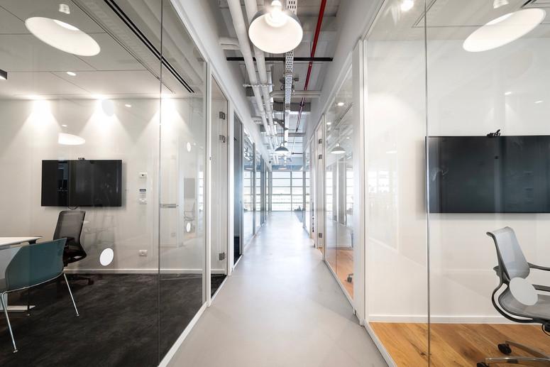 מסדרון ומשרדים