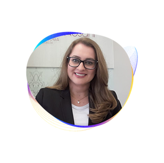 TÂNIA AOSANI  Psicóloga, é mestra em Ciências da Saúde com formação em Psicologia Clínica na Abordagem Centrada na Pessoa pelo Espaço Viver Psicologia. Possui experiência na docência e com a psicologia clínica presencial e on-line.